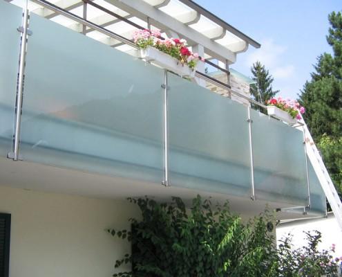 Balkon aus Milchglas mit Blumen